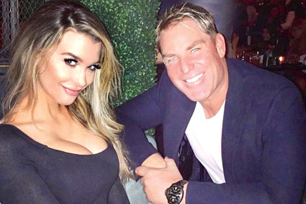 """Shane Warne indulged in naughty messages with a girl on """"Tinder"""""""