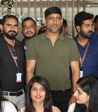 MS Dhoni spotted with a brand new look at Jaipur airport, watch video